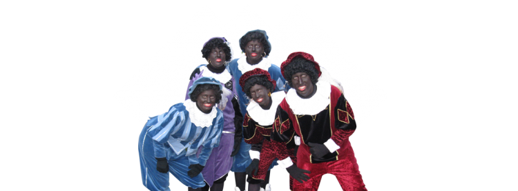 Een groep zwarte pieten poseert voor de camera
