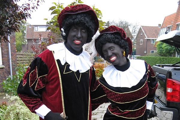 Zwarte pieten in tuin
